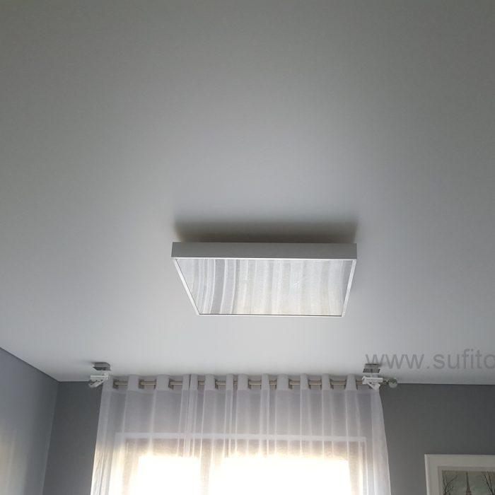 idealnie gładki sufit napinany w sypialni